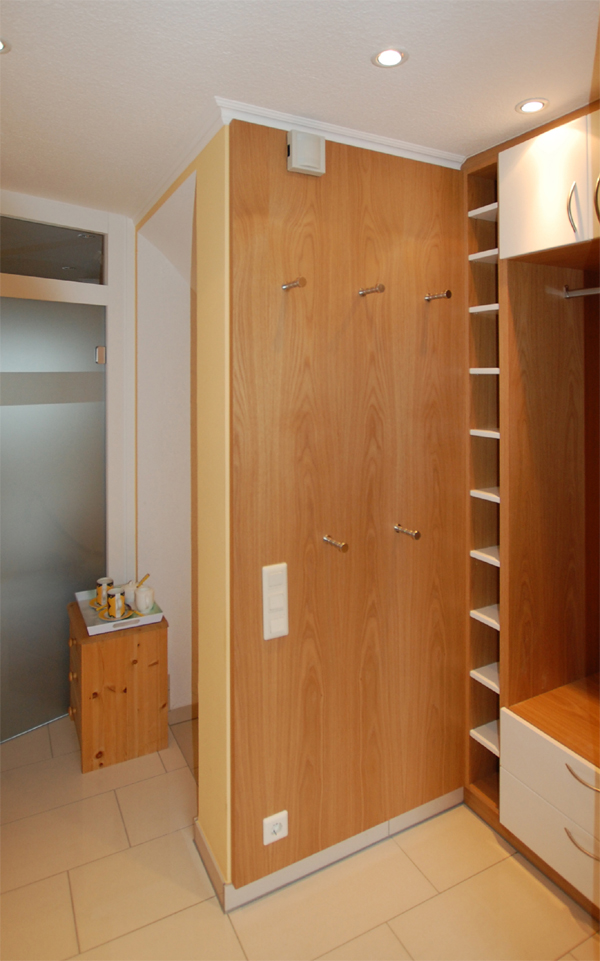 garderobe in einer schmalen nische m beltischlerei lorenz in schwalmtal. Black Bedroom Furniture Sets. Home Design Ideas